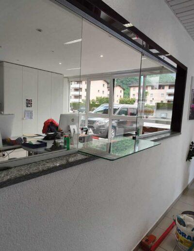 accoglienza clienti con vetrata di separazione